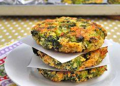 broccoli burgers met eieren en parmezaanse kaas.