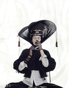 하늘과 왕이 통한다는 의미의 216개 옥으로 만들어진 통천관은김혜순 한복(Kim Hye Soon Hanbok), 제비 프린트 셔츠는맥큐(McQ)