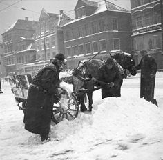 It snowed well in the good old days. Here Gustav Brosing perpetuated shoveling the market sometime in the 1950s . Photo: Gustav Brosing * Picture Collection