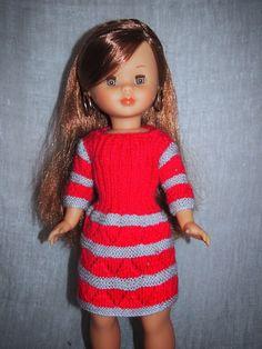 Nancy con Vestido de punto rosa con listas grises