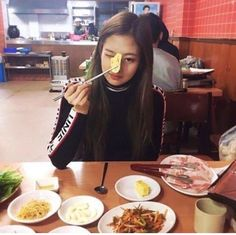 It's been exactly a week since Jennie started to notice the girl. The first time she saw her, the mysterious girl was wearing glasses, reading a book, and chew. Blackpink Jennie, Disney Instagram, Instagram Girls, Blackpink Fashion, My Hairstyle, Foto Pose, Ulzzang Girl, Diy Food, K Idols