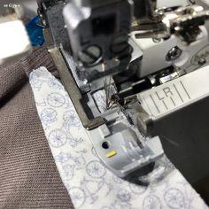 m Gg++: Pas à Pas : Bande de Propreté sur une Encolure en Jersey... Couture Sewing, Points, Pasta, Cap, Silhouette Art, Silhouettes, Dressmaking, Bags, Tutorial Sewing