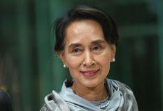 Aung San Suu Kyi Ganadora del premio Nobel de la Paz, la Medalla de Oro del Congreso de los Estados Unidos y el premio Internacional Simón Bolívar, Kyi es una de las políticas más influyentes de la historia contemporánea. Su partido, la Liga Nacional para la Democracia, ganó la elección general de 1990 en Burma y se hizo con 392 de las 492 bancas. Kyi estuvo bajo arresto domiciliario por una década y media, entre 1989 y 2010 por razones políticas.