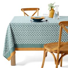 Lodge Anti-stain Tablecloth LA REDOUTE INTERIEURS Does your kitchen need a change of scenery? With its simple and chic print, our Lodge tablecloth will give your dining table a new lease of life. Printed Napkins, Napkins Set, Green Tablecloth, Stained Table, Floor Runners, Amber Interiors, The White Company, Table Covers, Table Linens