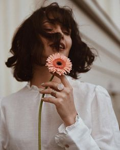Forse sei un fiore che ha imparato a volare. Creative Portrait Photography, Photography Poses Women, Photography Tips, Aesthetic Photo, Aesthetic Girl, Portrait Fotografie Inspiration, Kreative Portraits, Shooting Photo, Models