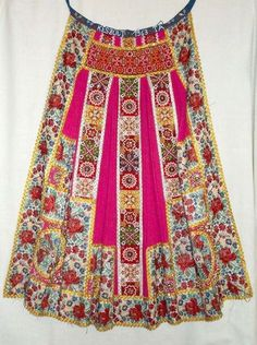 Hungarian Embroidery Mérai viseletröl, Costume from Meran, Hungary Hungarian Embroidery, Folk Embroidery, Embroidery Stitches, Embroidery Patterns, Textiles, Folklore, Costumes Around The World, Ethno Style, Braided Line
