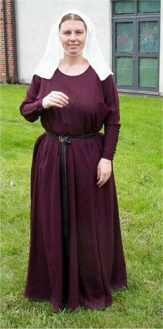 A c. 1300 cotte in murrey wool. By Fru Aleydis/Eva Andersson