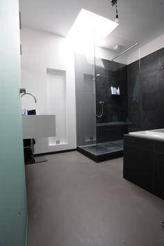 Betonlook gietvloeren voor uw badkamer. Het levendige effect van betonlook geeft de gietvloer een robuuste uitstraling.  De elastische gietvloer voelt aangenaam aan en voelt niet koud aan.