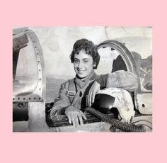 """Şenay Günay: Dünyanın İlk Kadın Savaş Jeti Pilotu  Cumhuriyet kadınlarının en önemli temsilcilerinden biri olan emekli hava albayı Şenay Günay, ülkemizin yetiştirdiği ilk kadın savaş jeti pilotudur. 1938 doğumlu Şenay Günay 50'li yıllarda Türk Silahlı Kuvvetleri'ne girmiş, 42 yaşında albay rütbesiyle emekli olmuştur. """"Kadının erkekten iki kat fazla çalışma gayreti içine gireceğini düşünürsek, başarının formülünü işaret etmiş oluruz."""" diyen Şenay Günay, Ankara Kadın Ressamlar Derneği…"""