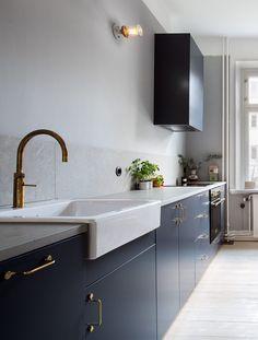Blue Kitchen With Brass Accents. Küchen ArbeitsplattenKüchenschränkeIdeen  Für Die ...