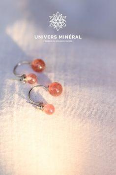 Ces boucles d'oreilles se composent de deux perles de quartz fraise, serties par un fil d'argent 925. Quartz Rose, Stud Earrings, Jewelry, Boucle D'oreille, Strawberry Fruit, Ears, Beads, Locs, Jewlery
