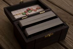 Boîte en bois sur mesure pour les ponts de Gwent du jeu populaire « The Witcher : chasse sauvage ».  Mettant en vedette le logo de la chasse