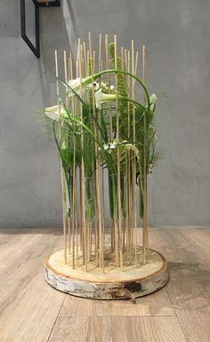 Composition florale Rondin de bois, calla, ornithogalum, amaranthe, panicum, Green trick