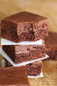 This ONE Minute Easy Chocolate Frosting recipe is likely the quickest frosting you've ever made! It comes together so fast and sets like a dream making this a go-to quick frosting recipe. It's perfect for topping cakes, brownies and more! Brownie Frosting, Chocolate Frosting Recipes, Brownie Recipes, Cake Recipes, Dessert Recipes, Brownie Cake, Brownie Toppings, Icing Recipes, Cream Frosting