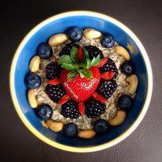 Tentaciones sanas para chuparse los dedos: porridge de avena con anacardos y frutos rojos  #saludable #desayuno