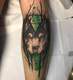 Tatuagem criada por Gustavo Takazone de Álvares Machado - SP.    Lobo com fundo verde.