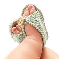 This article is in Spanish, but I'm hoping i can figure it out. Sandalias de Crochet de bebé MINT - Patrón y tutorial DIY Crochet Baby Sandals, Booties Crochet, Crochet Baby Clothes, Crochet Shoes, Crochet Slippers, Love Crochet, Diy Crochet, Baby Shoes Pattern, Baby Slippers