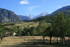El Bulnes destaca blanco y elegante en el marco del valle asturiano. Picos de Europa, Asturias, #Spain.