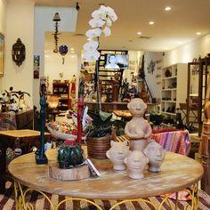 Vitrine linda na nossa loja do bairro dos Jardins! Vale a pena a visita para encontrar a melhor seleção de artesanato brasileiro. | Veja onde adquirir nossas peças em http://www.fuchic.com.br/#!enderecosfuchic/cq3z  //   Beautiful showcase in our Jardins neighborhood store! It is worth the visit to find the best selection of Brazilian handicrafts. | See where to get our products: http://www.fuchic.com.br/#!enderecosfuchic/cq3z
