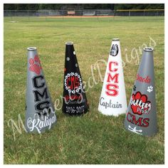 25 cheerleading megaphone with your design. Megaphones are great for football games and for parents who just want to show spirit. Megaphones can be designed anyway and include the colors of your choice. In the notes section please be sure to specify which colors you want, mascot or mascot name, school name, cheerleader name, etc. Processing time is 1.5 to 2 weeks. Usually 1.5 weeks. Check shop announcement to see what is stock for quicker delivery.