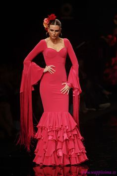 The detail in the frills and the long fringing on the sleeves is stunning. Not very practical, but stunning Flamenco Costume, Flamenco Dancers, Latin Dance Dresses, Flamenco Dresses, Rose Bonbon, Spanish Dress, Spanish Fashion, Ballroom Dress, Dance Outfits