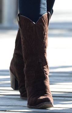 Kate debuted a new pair of R. Soles Virgi chocolate cowgirl suede boots for her visit to Carcross, Canada on September 29, 2016.