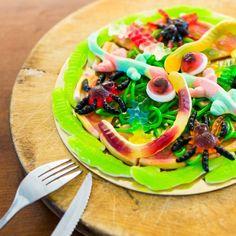 Die Fruchtgummi Pizza als eine originelle Dessert-Idee für alle jüngeren und älteren Süßigkeitenliebenden. Wenn du gerne Pizza isst, dir aber die normale Zutaten zu langweilig sind - Probier es einfach mal aus!