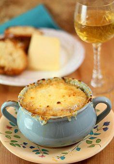 Por el predominante sabor del queso, la sopa de cebolla marida bien con vinos blancos como  Aligoté o Chasselas.