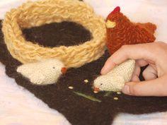 Ensemble poule, poussin, nid tricoté et sol en feutre de laine. Jouets waldorf, écologique, naturel
