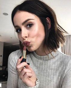 <p>Dunkle Kussmünder sind die Stars der Saison. Lena Meyer-Landrut trägt die Farbe Mahagoni nicht nur auf dem Kopf, sondern auch auf den Lippen. Doch Vorsicht, diesen Trend kann nicht jede tragen. Je dunkler und matter der Ton, desto dünner wirkt der Mund. (Bild: Instagram/lenas_view)</p>