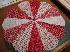 Christmas DIY: Sunday's Quilts: chr Sunday's Quilts: christmas tree skirt - tutorial - part 3 (let's get sewing! Diy Quilted Christmas Tree Skirt, Christmas Tree Skirts Patterns, Xmas Tree Skirts, Christmas Skirt, Noel Christmas, Winter Christmas, Christmas Quilting, Xmas Trees, Christmas Sewing Projects
