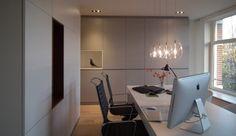 Kantoor aan huis met sfeervolle kastenwand voorzien van veel functionele kastruimte en leuke nissen. BNLA architecten.