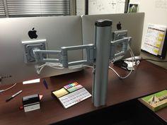 Ta nosilec za monitorje ni slab, ker je siv in ni preveč vpadljiv; jaz sicer razmišljam o treh monitorjih (1x 30'' sredinski in 2x 24'' stranska), če to ne bi šlo, pa 2 identična 30'' ali 32''. Nosilec bi bil raje pritrjen ob strani mize, ne na robu vrha mize.