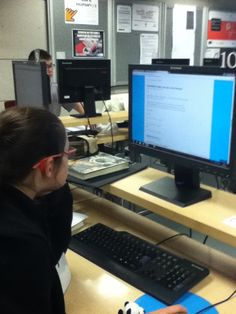 Mar, CCI da biblioteca Forum traballando na elaboracion da guia de lectura.
