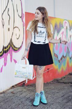 Look Coturno Turquesa Petite Jolie   T-shirt Adidas   Saia Skater: Look com peças da nova coleção de inverno 2016 da Petite Jolie com bolsa ilustrada pela Vanessa Kinoshita! Comfy e básico, porém com um toque de streep sport!