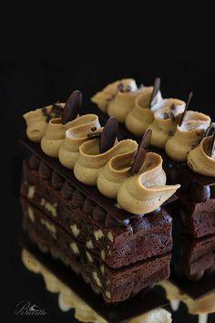 Brownie con crema de café y ganache de chocolate Gourmet Desserts, Fancy Desserts, Delicious Desserts, Dessert Recipes, Cookie Dough Cake, Chocolate Chip Cookie Dough, Homemade Chocolate, Chocolate Desserts, Chocolate Ganache