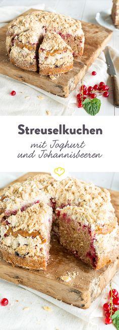 Dinge von denen man nie genug bekommen kann: Glück, Freunde  und natürlich Streuselkuchen! Wie wäre es also wenn du einen riesigen Streuselberg mit Johannisbeeren backst und ihn mit all deinen lieben Freunden teilst?