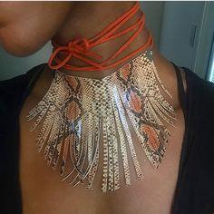 Gamuza naranja atar collar de gargantilla de flecos impresión de serpiente atada