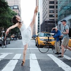 A few months ago we featured Omar Roble's amazing photographs of ballet dancers on the streets of Cuba. Well now he's back with another mesmerizing collection of famous dancers performing on the streets of New York City. Alvin Ailey, Photo New York, Porto Rico, American Ballet Theatre, Nyc, Ballet Photography, Modern Photography, Digital Photography, Photography Ideas