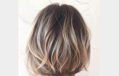 Yumuşak bronde saç rengi kısa katlı kesim saçlar