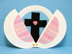 Easter Craft - Make and Easter egg out of a paper plate that opens to reveal a cross!