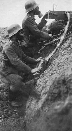 German soldiers equipped with gas masks, handle a gun. Ww1 History, Military History, German Soldiers Ww2, German Army, World War One, First World, Ww1 Photos, Man Of War, War Photography