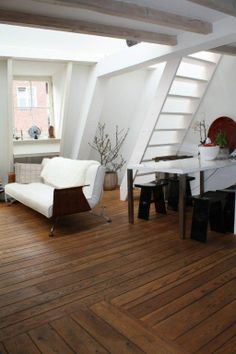 Bright decorations & a wooden floor. (Vierwindenstraat 1013 CW Amsterdam | Expat Housing)