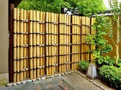 35 Admirable Bamboo Garden Fence Design Ideas - A bamboo garden fence is a fantastic addition to any garden area. It can be used in creating a boundary between your garden and the rest of your yard . Bamboo Garden Fences, Backyard Fences, Fence Planters, Pool Fence, Bamboo Art, Bamboo Crafts, Front Yard Fence, Farm Fence, Fence Art