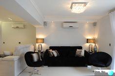 Projeto: Daniel Kalil Arquitetura  Sofás e poltronas combinam nesta sala de estar. As cores escuras dos sofás são quebradas pelas almofadas claras. Os abajures e poltronas espelhados, igualmente posicionados, passam sensação de simetria e organização. O lustre de cristal arremata de forma sofisticada esta decoração clean e elegante. #Charme #Sofisticação #Criatividade #Estilo #Aconchego #Arquitetura #DanielKalilArquitetura #CombinandoCores #Poltronas #Texturas #Abajures #LustreDeCristal