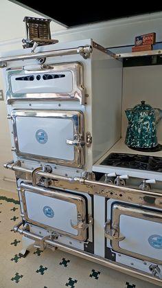 Antique Kitchen Stoves, Antique Wood Stove, Vintage Kitchen Appliances, 1930s Kitchen, Kitchen Design, Kitchen Decor, Wood Stove Cooking, Old Stove, Vintage Stoves