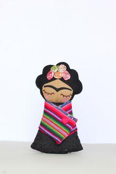 Esta bonita muñeca de Frida Khalo rinde homenaje al espíritu revolucionario y el estilo del artista. Ella es el regalo perfecto para cualquier amante de Frida Khalo.  Esta muñeca de arte popular de 24cm es hecho a mano con gran atención al detalle.  Su rostro está hecho de lana y sus ojos están cosidos a mano. Sus mejillas y la boca se crean con bordado de la máquina de movimiento libre. Ella lleva un vestido hermoso algodón bordado anglaise y su envoltura se hace con tela popular del…