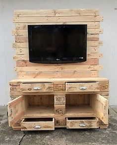 A DIY Pallet wall TV place ideas becomes an item of Wall artit appears spectacular! The hidden TV stand permits you to slide up and down from a cabinet. There are quite a lot of methods to get your DIY TV stand in your residence. Diy Pallet Wall, Pallet House, Pallet Storage, Wood Pallet Furniture, Wood Pallets, Pallet Wood, Furniture Ideas, Palette Tv, Pallet Entertainment Centers