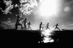 I partecipanti ad una gara per bagnini si tuffano in acqua a Gold Coast, Australia. Giovedì 18 aprile 2013. (Chris Hyde/Getty Images)