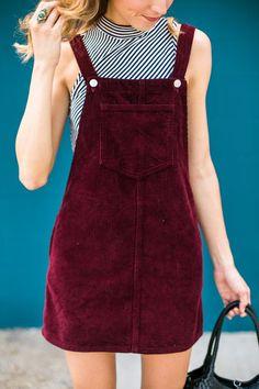 overol en forma de vestido de terciopelo rojo